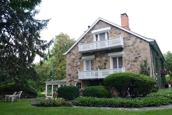 Morgan Samuels Inn: Side View of House