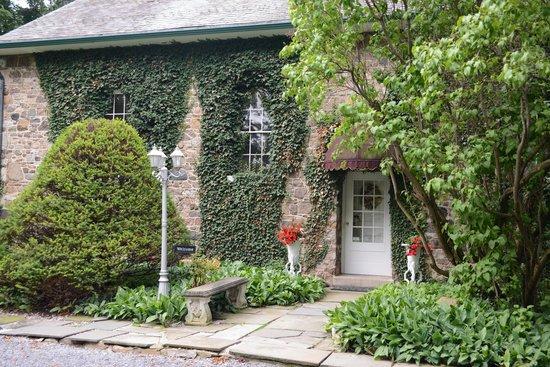 Morgan Samuels Inn: Front Entrance