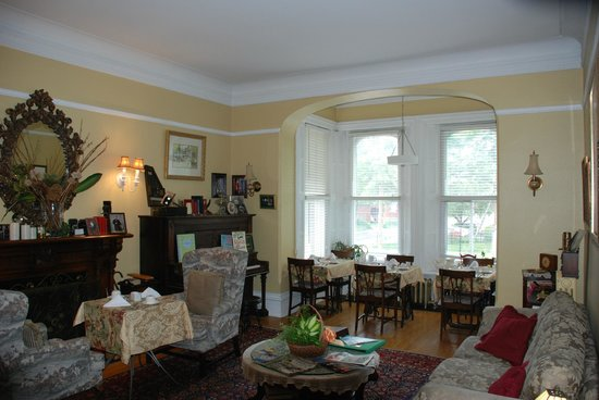 Auberge McGee's Inn: breakfast area