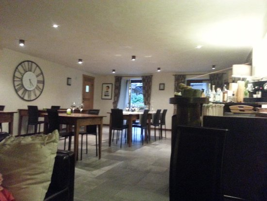 Le Petit Relais : the dining area and bar
