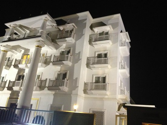 Daiwik Hotels Rameswaram: Hotel Building View from ourside the entry gate
