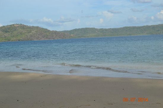 Andaz Peninsula Papagayo Resort: The beach just steps away from the hotel