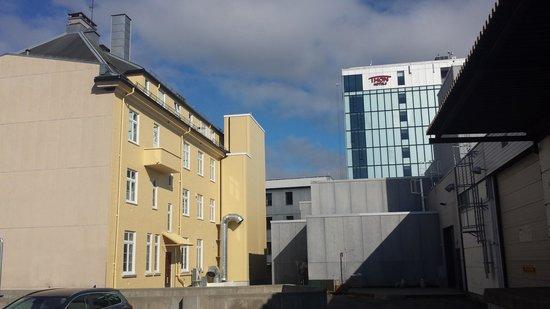 Thon Hotel Lofoten: Baksiden. Rommets balkong er synlig øverst på det gule bygget. Hotellets hovebygg i bakgrunnen.