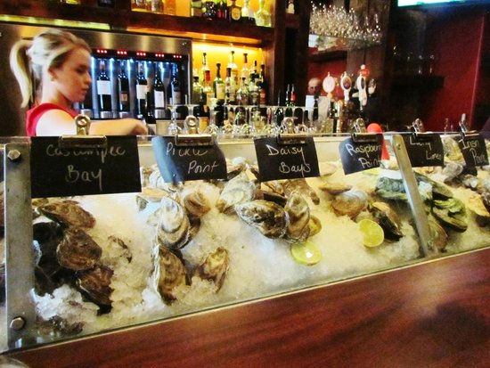 Sims Corner Steakhouse & Oyster Bar: OYSTERS ON ICE AT SIM'S