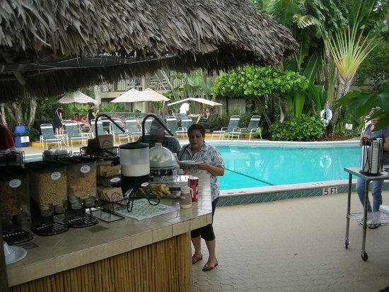 Best Western Naples Inn & Suites: a beach hut by the pool serving breakfast