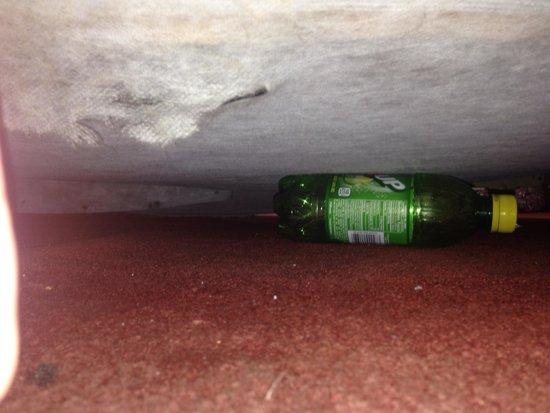 Western Inn Motel: Garbage under the bed