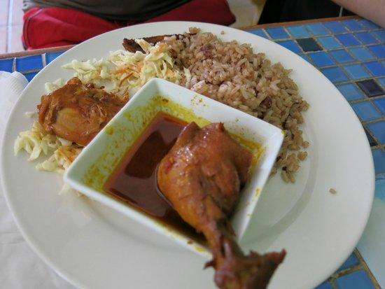Syd's: Pollo, arroz con frijoles y col