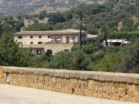 Hotel Villa Athena: Vue sur l'hôtel depuis la vallée des temples