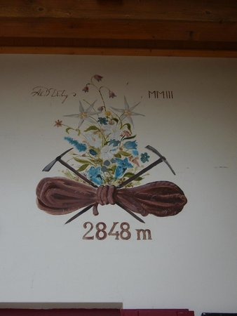 Rifugio Forcella Pordoi: Caratteristico dipinto sulla facciata