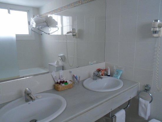 Colon Hotel: Banheiro espaçoso