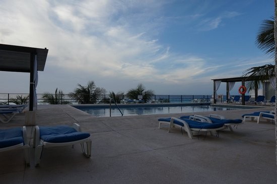 Flamingo Cancun Resort: Alberca junto a playa, vista desde balcón de habitacion