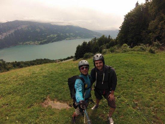 Bumblebee Hanggliding Interlaken: Brandon und ich kurz vor dem Gleitschirmflug