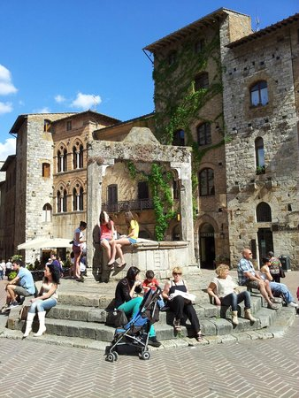 Piazza della Cisterna: La vera di pozzo monumentale