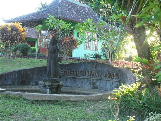 Poeri Devata Resort Hotel : Beautiful garden decorations