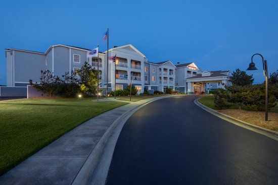 Hampton Inn & Suites Outer Banks / Corolla: Driveway to entrance