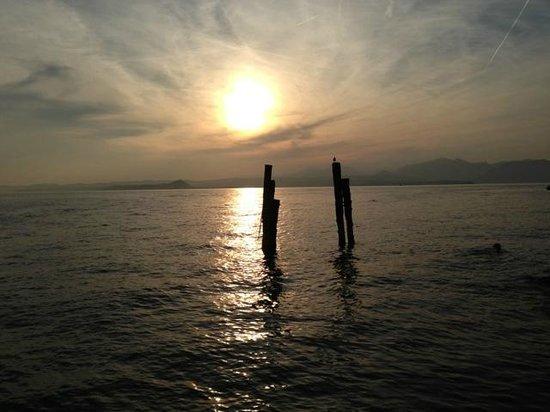 Hotel Caesius Thermae & Spa Resort: Sonnenuntergang in der Bucht von San Vigilio