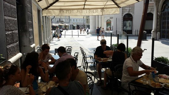Buffet da Pepi: Tavolini all'aperto in zona pedonale