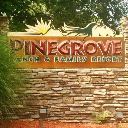 Pinegrove Family Dude Ranch: Beautiful welcome into the resort