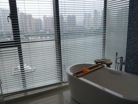 Hotel Indigo Shanghai on the Bund: Bathroom in the river view room