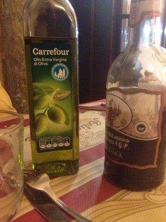 Huile d'olive Carrefour servie dans un restaurant à Pise, non vous ne rêvez pas