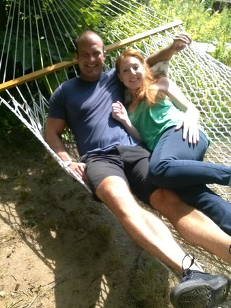 Roseledge Country Inn and Farm Shop: Enjoying our time out back in the hammock!