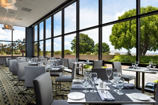 Hilton San Francisco Airport Bayfront: Windows on the Bay restaurant offers the perfect spot for a casual breakfast, lunch or dinner.