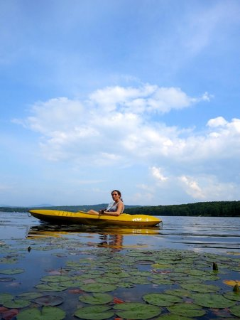 Tall Timber Lodge: kayaking among the water lilies