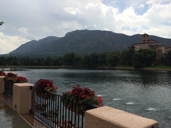 Broadmoor Golf Club Dining Room & Grill: Just outside brunch area