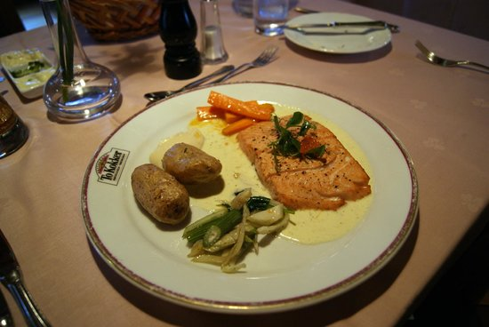 To Kokker: Salmon with vegetables of the day