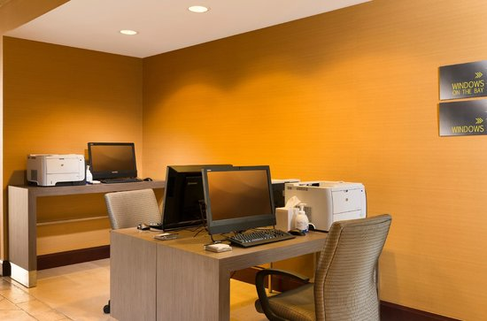 Hilton San Francisco Airport Bayfront: Business center is open 24-hour with free WiFi.
