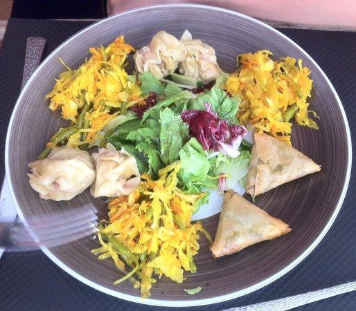 La Caz en Paille Specialites Reunionnaise : Assortiment / Bouchons, samoussas, achards, salade + Boudins