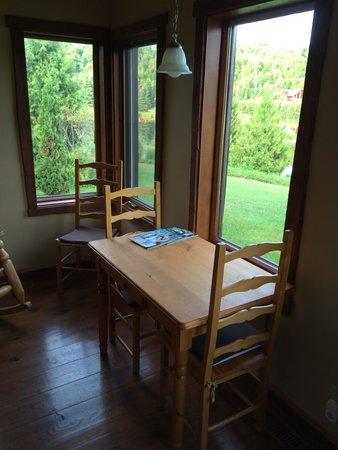 Chalets Royal Laurentien: petite table près de la chambre au rez de chaussé; idéale pour prendre le café du matin et regar