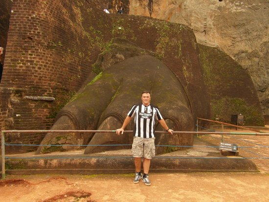 Sigiriya World Heritage Site: Me at the Lions paw ...still a few hundred steps to the top