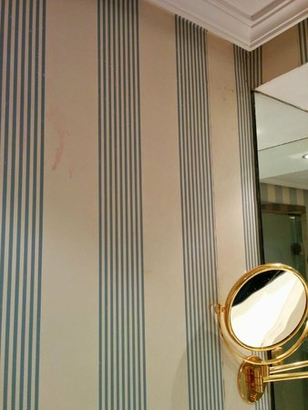 Melia  Castilla: Detalle papel pintado baños con manchas