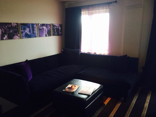 Malmaison Newcastle: Lovely sitting area with another big plasma