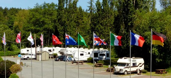 Weir's Beach RV Resort: Our flags and the lagoon sites