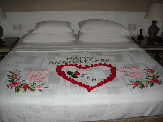La Casa Que Canta : Flowers on the bed for our anniversary