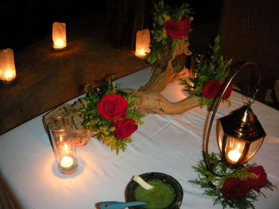La Casa Que Canta : Table set for our anniversary