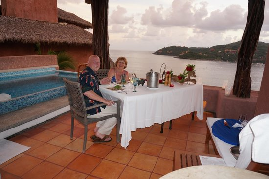 La Casa Que Canta: Our anniversary dinner on our terrace