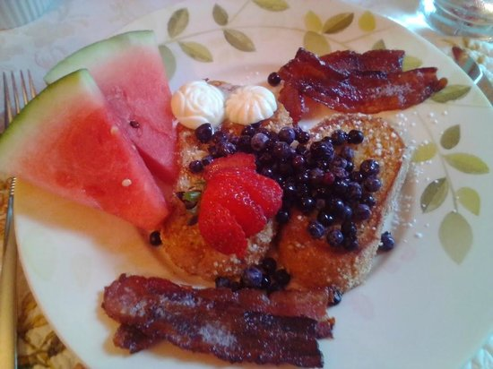 Captain Swift Inn: Breakfast day 2 - french toast, maple caramelized bacon