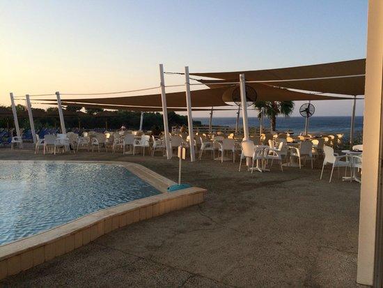 Malama Beach Holiday Village: terrasse du bar de l'hotel coté piscine