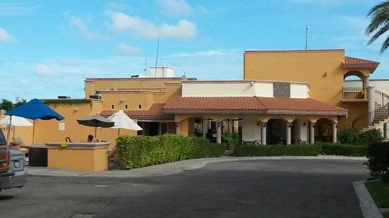 Hotel Quinta Del Sol: Vista hacia la alberca y restaurant