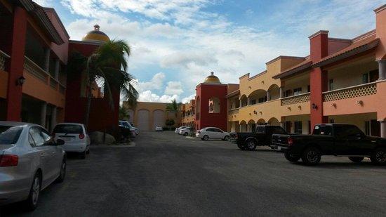 Hotel Quinta Del Sol: Estacionamiento fuera de las habitaciones