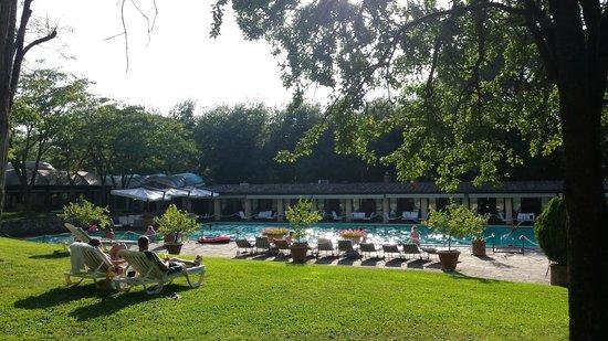 Borgo San Luigi: Zicht vanaf de ligbedjes op het zwembad