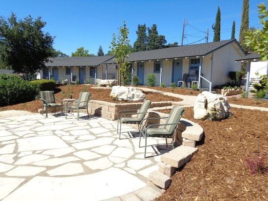 Farmhouse Motel: Patio area