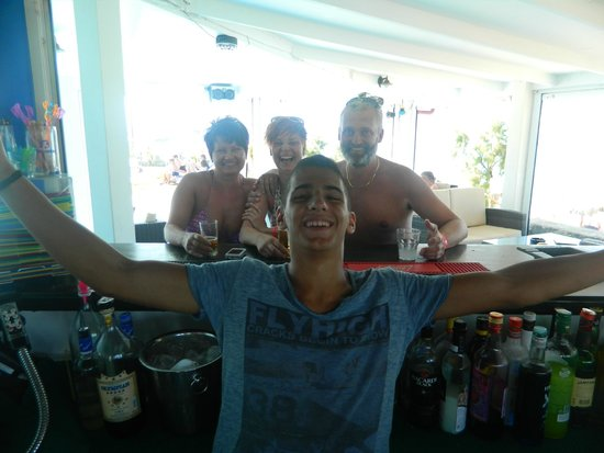 Hotel Mari Beach: with our great barman Costa:-)