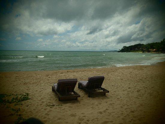 Mango Bay Resort : beach view of our sun beds