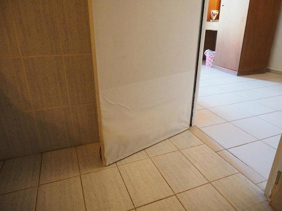 De deur van de badkamer was erg aangetast door het vocht. - Foto ...