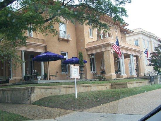 Hampton's at JH Adams Inn: Beautiful building!!
