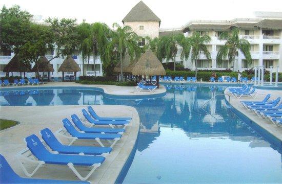 Grand Sunset Princess All Suites Resort: Poolside